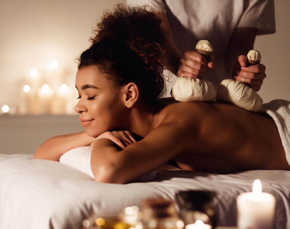 woman-enjoying-herbal-back-massage-in-beauty-spa-5YWMLTG.jpg