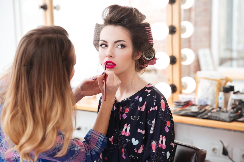 woman-professional-visagist-doing-makeup-with-P73BWA4.jpg